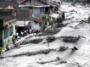 103197_aliran-deras-banjir-lahar-dingin-dari-merapi_300_225
