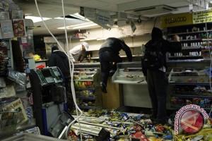 Kerusuhan Berlanjut di London, Cameron Persingkat Liburan