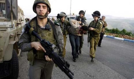 tentara-israel-menahan-seorang-warga-palestina-_130130163431-659