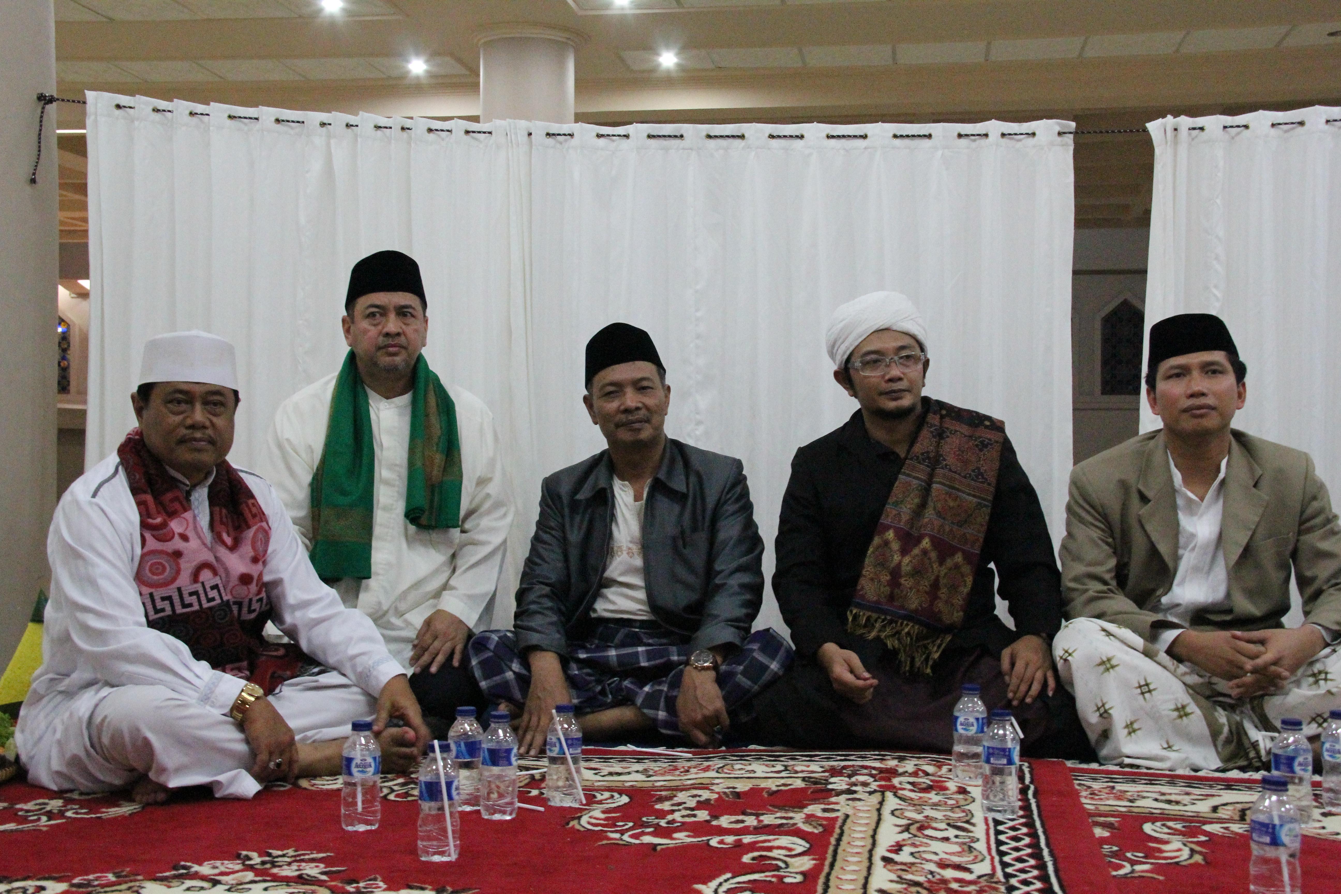 (dua dari kiri) Ustaz Hassan Alaydrus, Ustaz Jalaluddin Rakhmat, dan Kyai Alawi Nurul Alam al Bantani