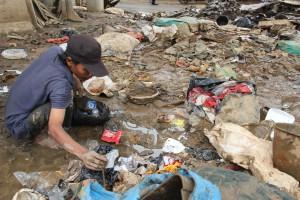 Pemulung Sampah Sisa Banjir