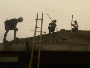 Perbaikan rumah usai letusan gunung Kelud