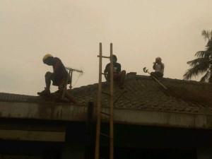 Memperbaiki rumah korban debu vulkanis letusan gunung Kelud