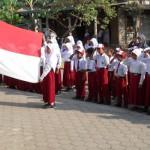 Anak SD melaksanakan Upacara Bendera