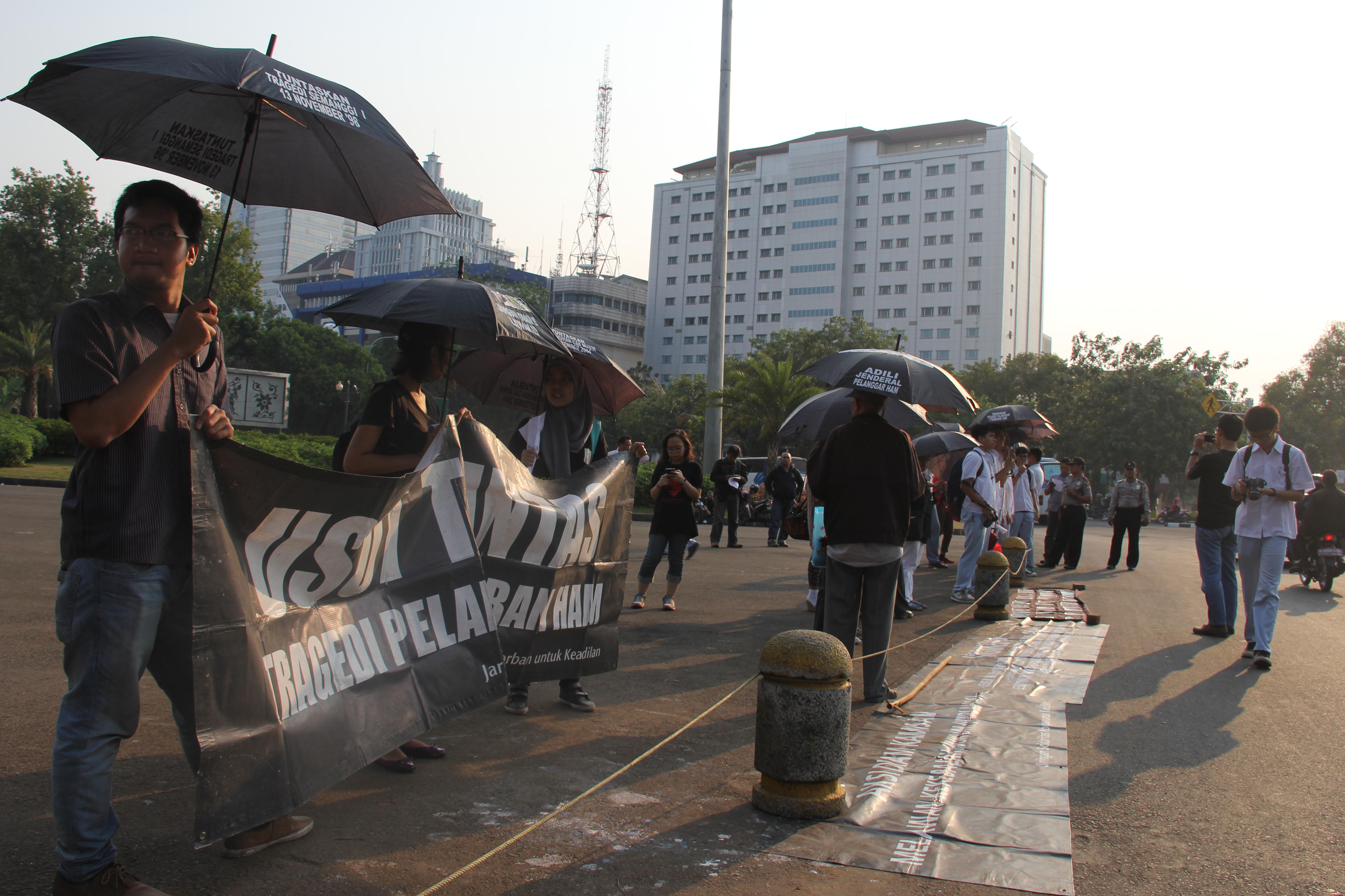 Aksi Kamisan ke-367 Tuntut Keadilan Bagi Korban Pelanggaran HAM di Depan Istana