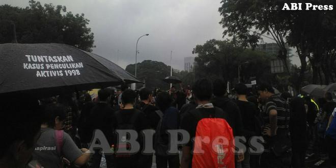 Sewindu Kamisan: Payung Hitam Kembali Bayangi Istana