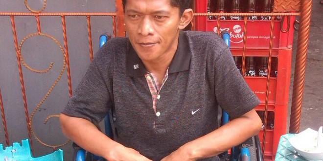 Idan, Berkursi Roda Jual Koran di Jantung Jakarta
