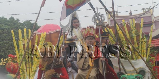Atraksi Iris Lidah di Festival Cap Go Meh Manado