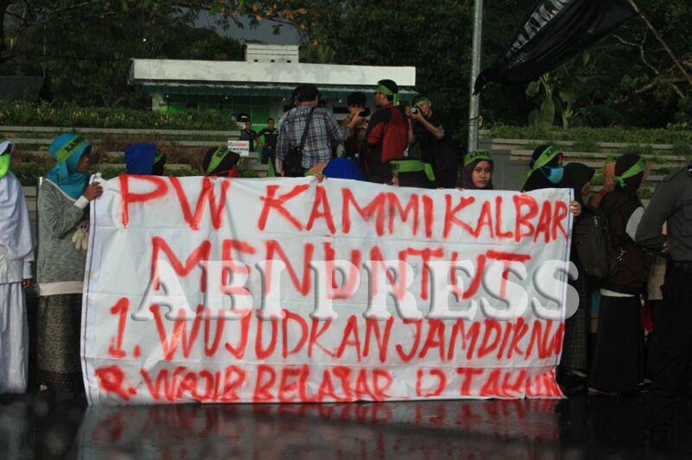 Unjuk Rasa Mahasiswa Warnai Peringatan Hardiknas di Pontianak