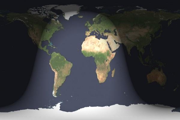 Peta dunia via US Naval Observatory memperlihatkan pembagian malam dan siang pada saat puncak gerhana 31 Januari 2018 jam 20:30 WIB. Puncak gerhana terjadi pada waktu yang sama untuk seluruh dunia; hanya dari belahan malam gerhana bisa terlihat. Batas gelap-terang di sebelah kiri adalah garis sunrise (moonset), sementara yang di sebelah kanan adalah garis sunset (moonrise). Karena totalitas gerhana berlangsung selama lebih dari 1 jam, area di sekitar sebelah timur (kanan) garis sunrise masih akan bisa menyaksikan fase parsial atau total rendah di ufuk barat sebelum sunrise (dan sebelum puncak gerhana). Sedangkan area di sekitar sebelah barat (kiri) garis sunset masih bisa menyaksikan fase total atau parsial rendah di ufuk timur setelah sunset (dan setelah puncak gerhana).