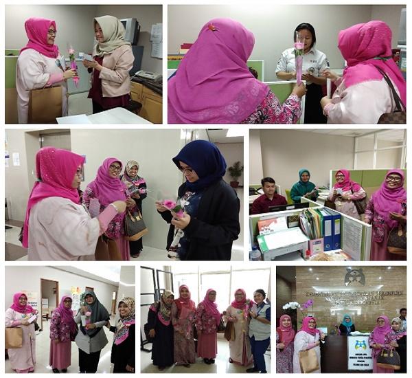 Membagikan bunga dan flyer di kantor Kementerian PPPA
