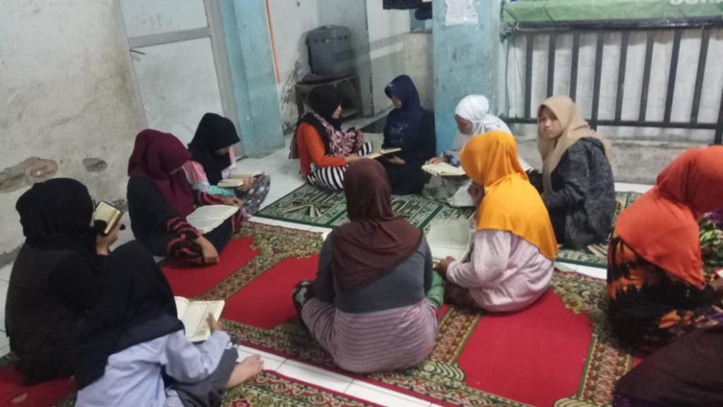 tadarus-al-quran-di-bulan-ramadan-ke-6-pengungsi-sampang (2)