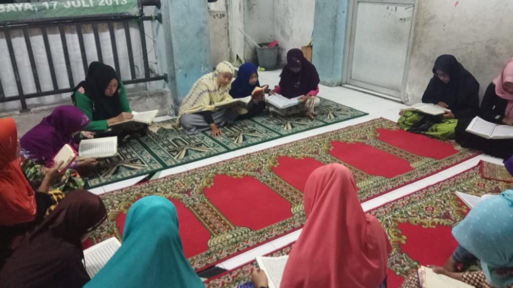 tadarus-al-quran-di-bulan-ramadan-ke-6-pengungsi-sampang (3)