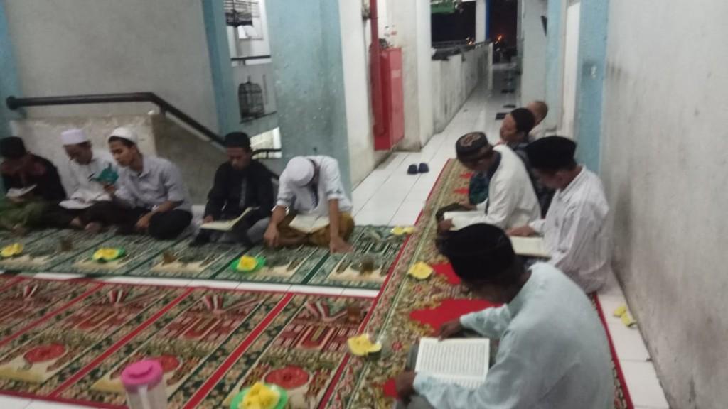 tadarus-al-quran-di-bulan-ramadan-ke-6-pengungsi-sampang (4)