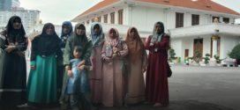 Sambangi Kantor Gubernur Jatim, Kaum Ibu dan Anak-anak Pengungsi Sampang Gagal bertemu Khafifah
