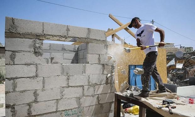 Zionis Paksa Warga Palestina Bongkar Rumahnya Sendiri