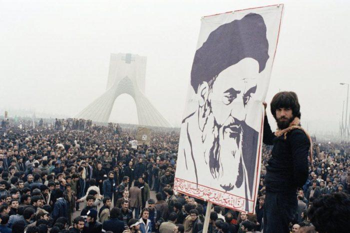 """Jutaan Rakyat Teriakkan """"Mampus Syah dan Hidup Khomeini!!"""""""